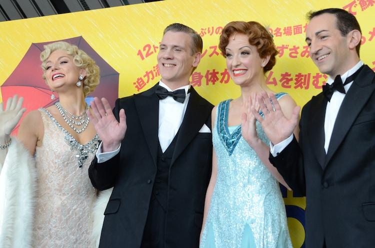 ミュージカル「SINGIN' IN THE RAIN 雨に唄えば」取材より。左からオリヴィア・ファインズ、アダム・クーパー、エイミー・エレン・リチャードソン、ステファン・アネリ。