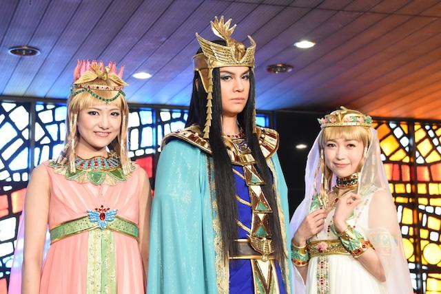 ミュージカル「王家の紋章」出演者。左からキャロル役の宮澤佐江、メンフィス役の浦井健治、キャロル役の新妻聖子。