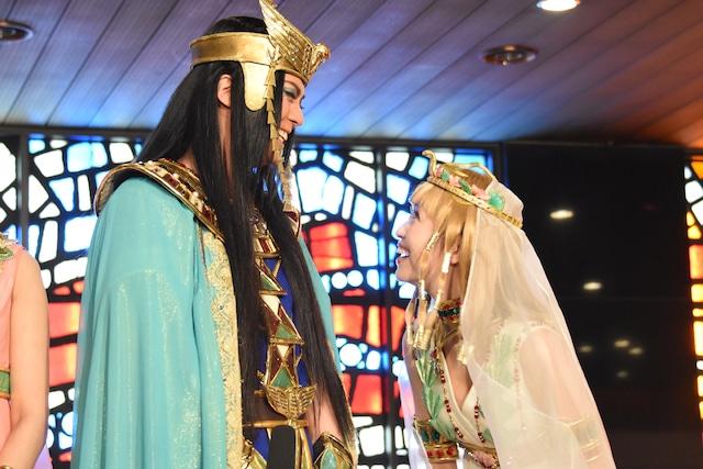 左からメンフィス役の浦井健治、キャロル役の新妻聖子。