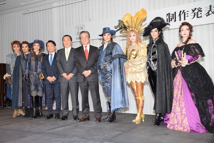 左から暁千星、宇月颯、美弥るりか、小池修一郎、小川友次、久保健、珠城りょう、愛希れいか、月城かなと、沙央くらま。