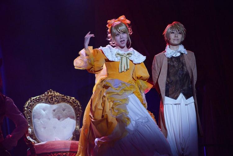 ミュージカル「悪ノ娘」公開ゲネプロより。左から田中れいな演じるリリアンヌ、山本和臣演じるアレン。