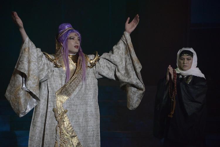 「錆色のアーマ」ゲネプロより。左から輝馬演じる顕如、市瀬秀和演じる数珠坊。