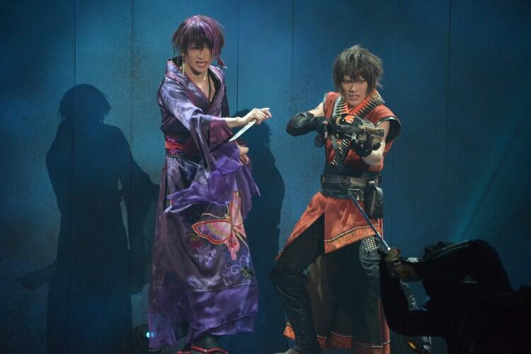 「錆色のアーマ」ゲネプロより。左から神里優希演じるアゲハ、崎山つばさ演じる不如帰。
