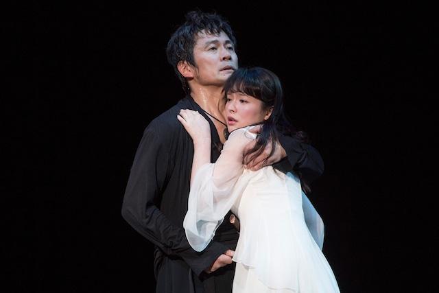 「ハムレット」より、左から内野聖陽演じるハムレット、貫地谷しほり演じるオフィーリア。(撮影:引地信彦)