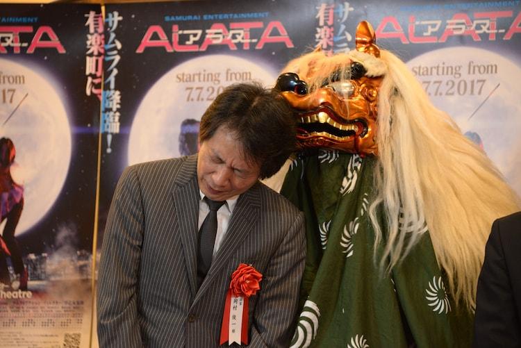 獅子舞に頭を噛まれる岡村俊一。