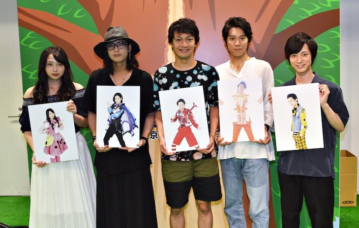 左から須藤茉麻、斉藤秀翼、海老澤健次、伊勢大貴、百瀬朔。