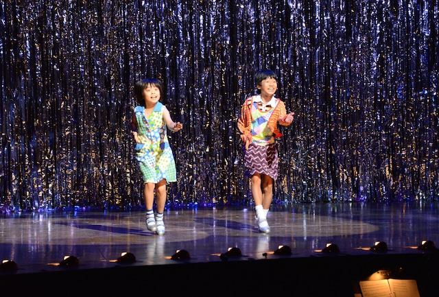 ミュージカル「ビリー・エリオット~リトル・ダンサー~」プレスコールより、左から持田唯颯演じるマイケル、加藤航世演じるビリー。