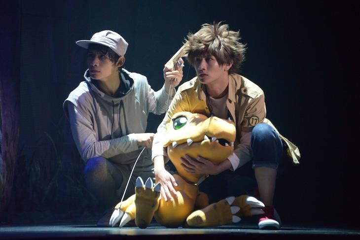 「超進化ステージ『デジモンアドベンチャー tri. ~8月1日の冒険~』」ゲネプロより。松本岳演じる八神太一とアグモン。