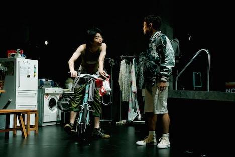世田谷パブリックシアター「チック」より。左から柄本時生、篠山輝信。(撮影:細野晋司)