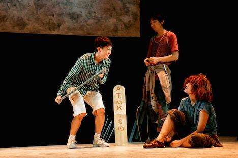 世田谷パブリックシアター「チック」より。左から篠山輝信、柄本時生、土井ケイト。(撮影:細野晋司)