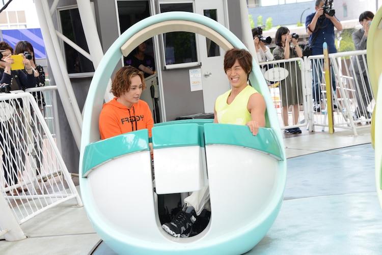 アトラクションに乗る矢田悠祐(左)、青柳塁斗(右)。