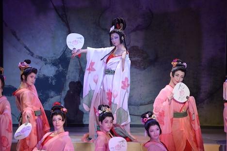 「劇団☆新感線『髑髏城の七人』 Season風」フォトコールより。(中央)田中麗奈演じる極楽太夫。