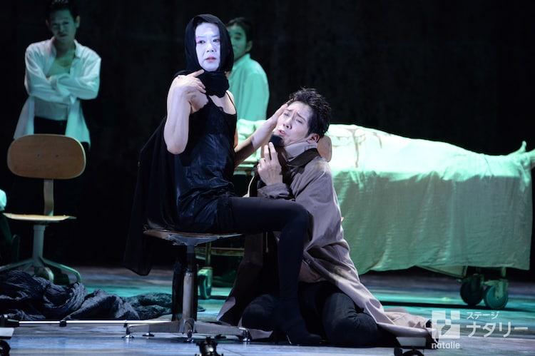 「リチャード三世」公開ゲネプロより。(中央)左から手塚とおる演じるアン夫人、佐々木蔵之介演じるグロスタ公リチャード。