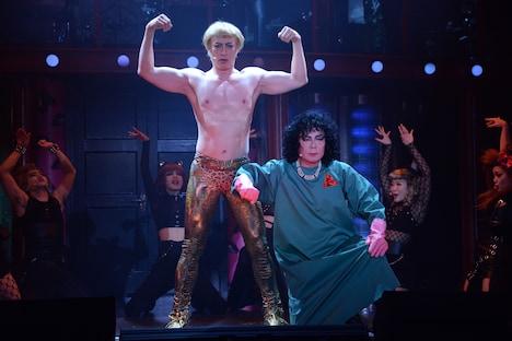 PARCO Presents「ロッキー・ホラー・ショー」フォトコールより。(中央)左から吉田メタル演じるロッキー・ホラー、古田新太演じるフランク・フルター。