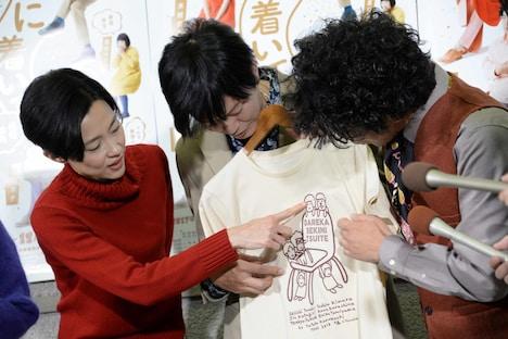 田辺誠一が手がけたグッズについて話す一同。