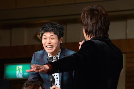 もう中学生(左)にツッコミを入れる柿澤勇人(右)。