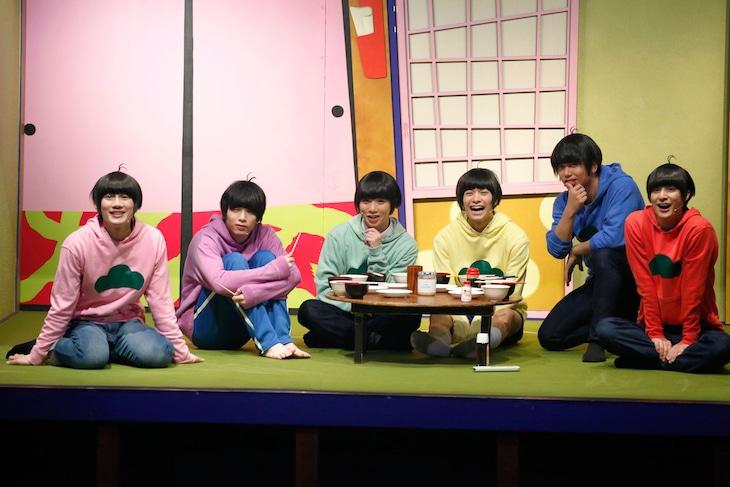 「おそ松さん on STAGE ~SIX MEN'S SHOW TIME~」より。 (c)赤塚不二夫/「おそ松さん」on STAGE製作委員会2016