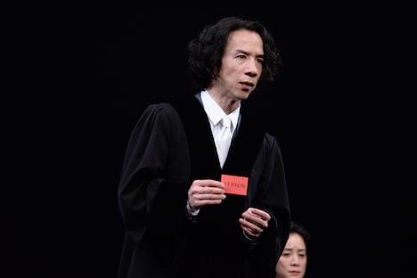 「TERROR テロ」公開ゲネプロより。今井朋彦演じる裁判長。