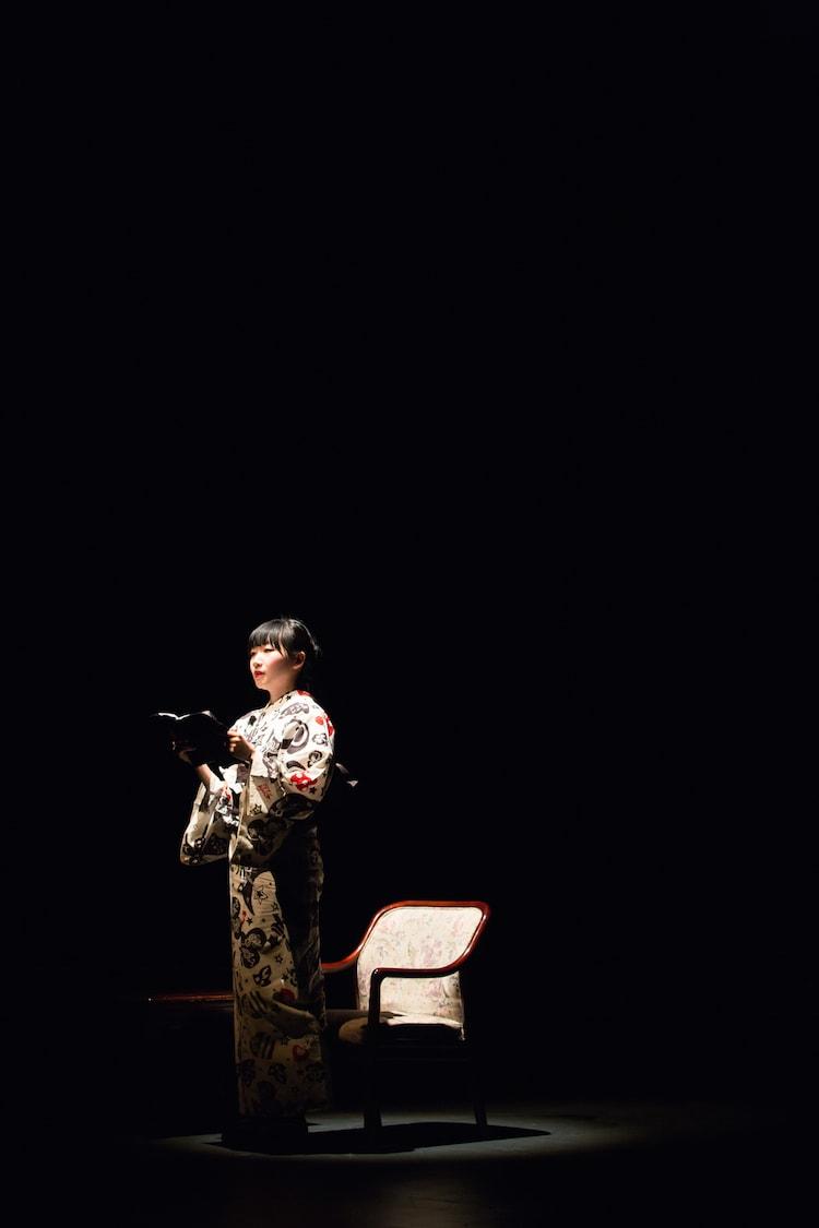 「城崎 松井周×村田沙耶香 リーディング試演会」より。青柳いづみ。 (c)igaki photo studio (写真提供:城崎国際アートセンター)