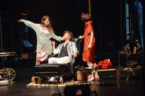 左から峯岸みなみ演じるルーシー、松岡充演じるマクヒィス、吉本実憂演じるポリー。