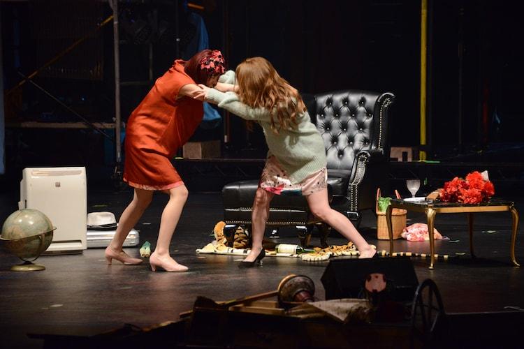 左から吉本実憂演じるポリー、峯岸みなみ演じるルーシー。