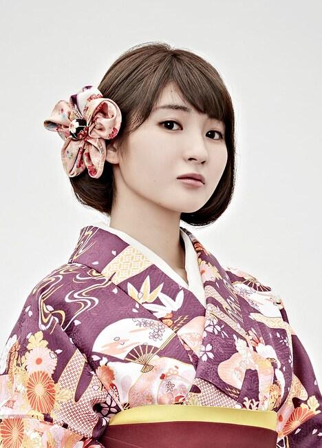 井上小百合演じる紫堂志奈子。