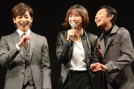 左から染谷俊之、篠田麻里子、岡田達也。