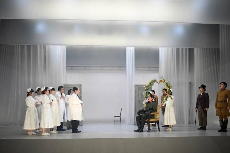 まつもと市民芸術館プロデュース 音楽劇「白い病気」より。中央は横田栄司。(撮影:山田穀)
