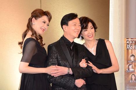 「坂東玉三郎 越路吹雪を歌う『愛の讃歌』」制作発表記者会見より、左から姿月あさと、坂東玉三郎、真琴つばさ。