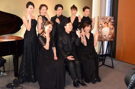 「坂東玉三郎 越路吹雪を歌う『愛の讃歌』」制作発表記者会見より、笑顔でジュエリーを示す出席者たち。