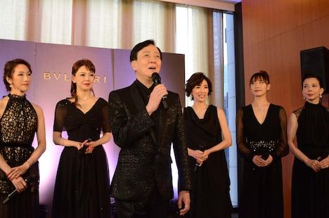 「坂東玉三郎 越路吹雪を歌う『愛の讃歌』」制作発表記者会見より、「すみれの花咲く頃」を歌う出席者たち。