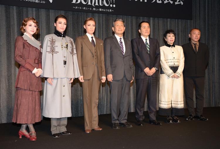左から真彩希帆、望海風斗、轟悠、植平光彦、小川友次、謝珠栄、藤井大介。