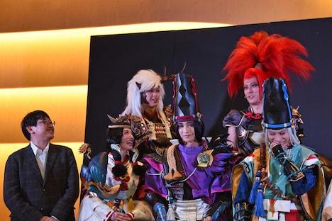 「ミュージカル『陰陽師』~平安絵巻~」初日会見より、上段左から遊馬晃祐、君沢ユウキ。下段左から毛利亘宏、舞羽美海、佐々木喜英、良知真次。