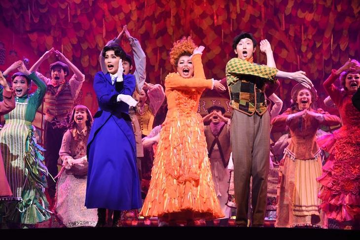 ミュージカル「メリー・ポピンズ」フォトコールより、濱田めぐみ演じるメリー・ポピンズ(左)、大貫勇輔演じるバート(右)。
