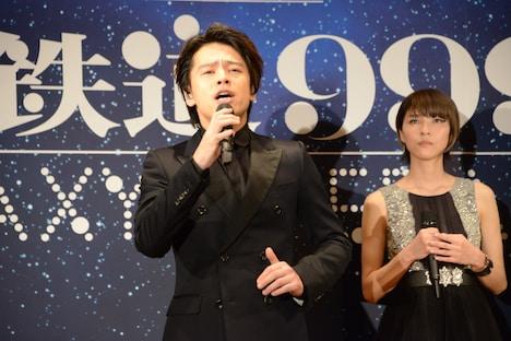 主題歌を歌う中川晃教(中央)。