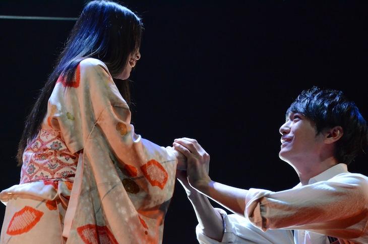 「白痴」ゲネプロより。左から熊手萌演じるサヨ、小早川俊輔演じる伊沢。