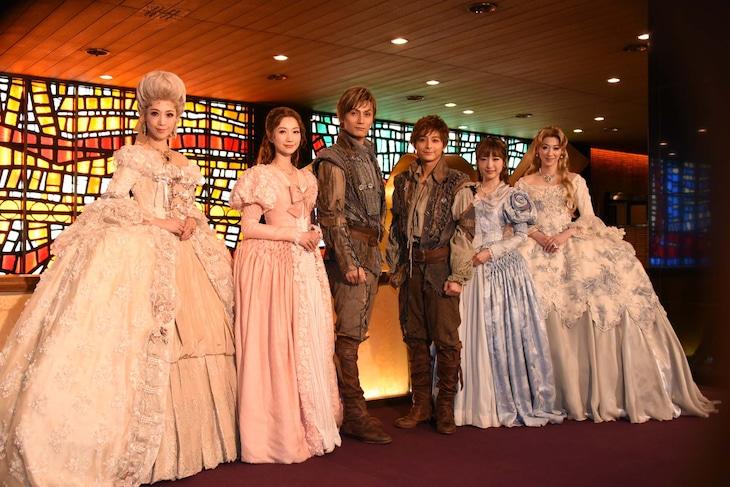 ミュージカル「1789 -バスティーユの恋人たち-」初日前会見より、左から龍真咲、夢咲ねね、加藤和樹、小池徹平、神田沙也加、凰稀かなめ。