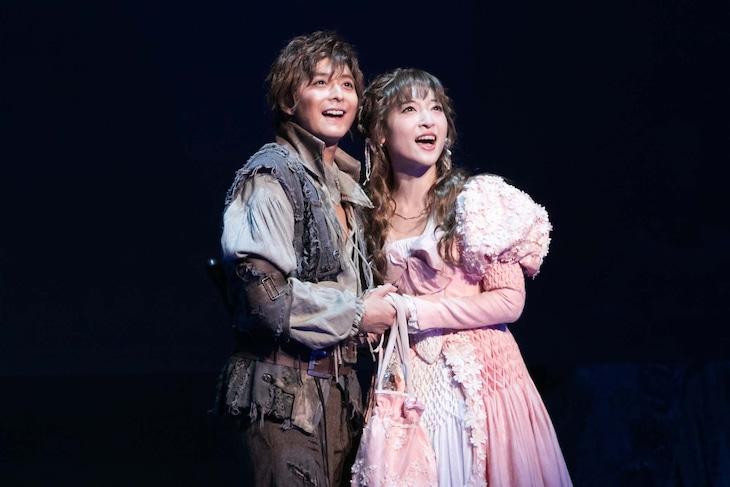 ミュージカル「1789 -バスティーユの恋人たち-」ゲネプロより、小池徹平演じるロナン(左)、神田沙也加演じるオランプ(右)。