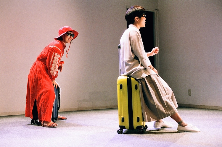 ままごと「ツアー」より。左から端田新菜、小山薫子。(撮影:石倉来輝)
