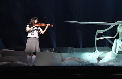 舞台「雲のむこう、約束の場所」より。伊藤萌々香(フェアリーズ)演じる沢渡佐由理。
