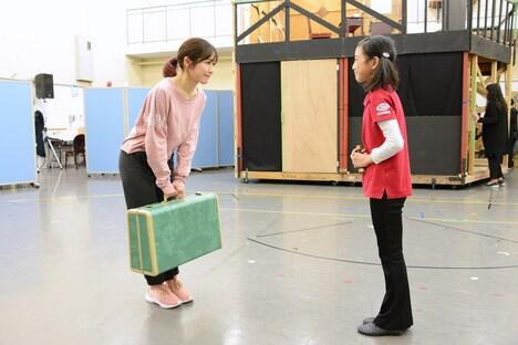 ミュージカル「アメリ」公開稽古より、左から渡辺麻友、藤巻杏慈。