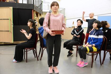 ミュージカル「アメリ」公開稽古より、渡辺麻友(中央)。