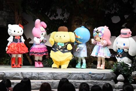 北川尚弥が舞台に呼び込まれ、手を挙げるポムポムプリン(中央)。