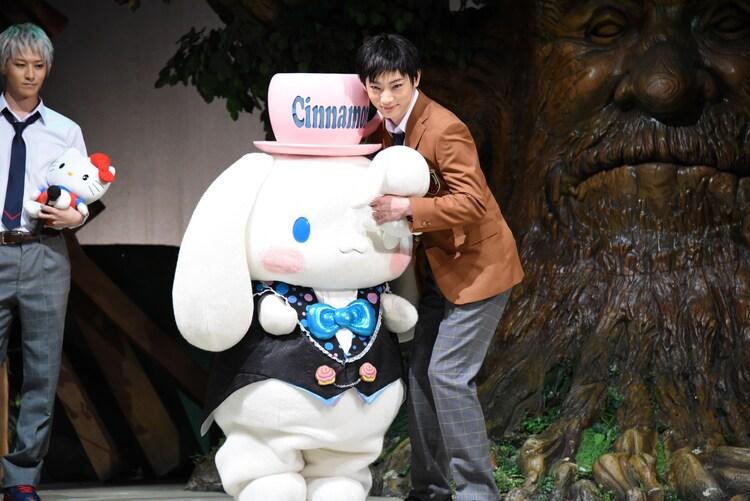 左からシナモロール、源誠一郎役の和合真一。