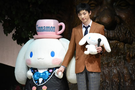 シナモロール(左)と手をつなぐ源誠一郎役の和合真一(右)。