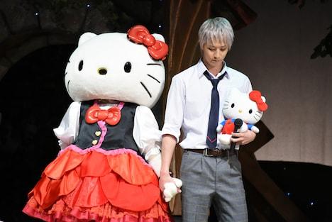 ハローキティ(左)の手を取る吉野俊介役の吉澤翼(右)。