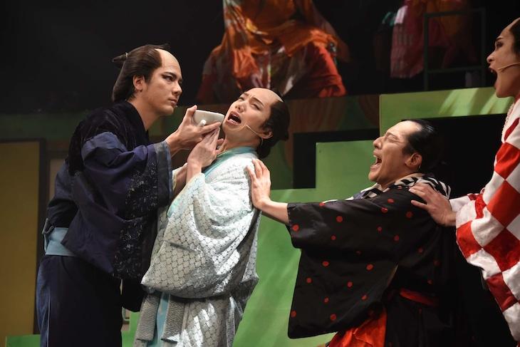「ミュージカル『しゃばけ』参 ~ねこのばば~」ゲネプロより、中村誠治郎演じる仁吉(左)、植田圭輔演じる一太郎(中央)。