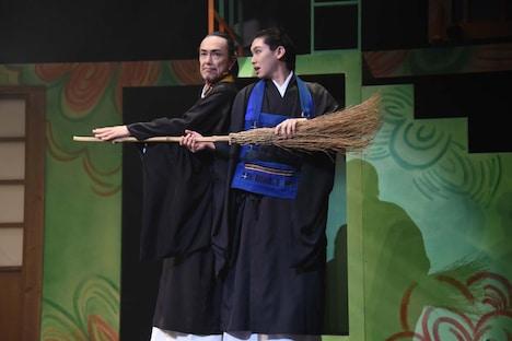 「ミュージカル『しゃばけ』参 ~ねこのばば~」ゲネプロより、左から石坂勇演じる寛朝、法月康平演じる秋英。