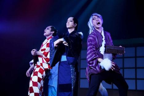 「ミュージカル『しゃばけ』参 ~ねこのばば~」ゲネプロより、左から藤原祐規演じる屏風のぞき、中村誠治郎演じる仁吉、福井将太演じる守狐。