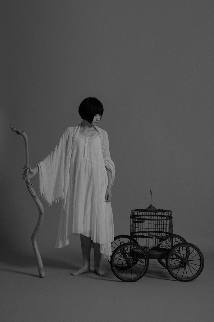 「BOAT」ビジュアルより、青柳いづみ。(AD:名久井直子、撮影:井上佐由紀)